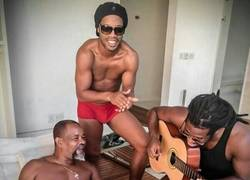 Enlace a Ronaldinho entrenando duro
