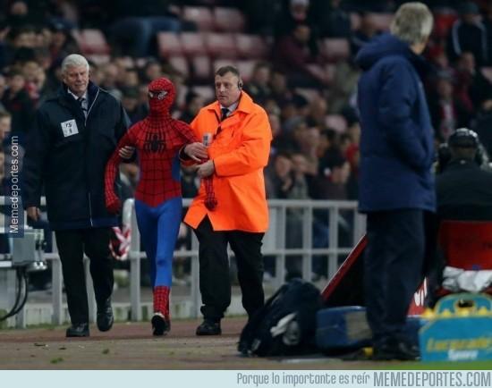 418693 - Spiderman intenta colarse como espontáneo en el Sunderland-Manchester City