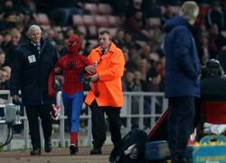 Enlace a Spiderman intenta colarse como espontáneo en el Sunderland-Manchester City