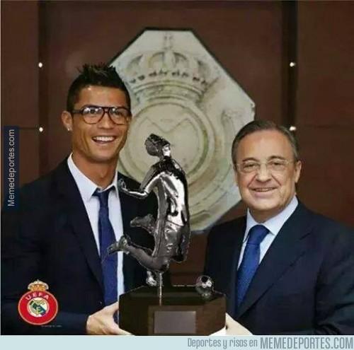 420304 - Cristiano Ronaldo con su nuevo galardón