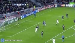 Enlace a GIF: Y el PSG se adelanta en el Camp Nou. Más morbo imposible, ¡Zlatan!
