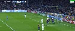 Enlace a GIF: La suerte le sonríe al Barça en esta jugada