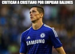 Enlace a Critican a Cristiano por empujar balones