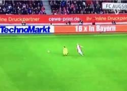 Enlace a GIF: La jugada de Neuer en la banda