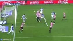 Enlace a GIF: El gol de Vela que abre la lata en el derbi vasco