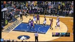 Enlace a GIF: Kobe Bryant se convierte en el 3r máximo anotador de la NBA superando a Michael Jordan