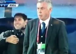Enlace a GIF: La graciosa reacción de Hierro tras la rabona de Cristiano y ¿por qué no? la de Ancelotti