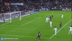Enlace a GIF: Golazo de Messi a la media vuelta