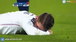 Enlace a GIF: Te das cuenta que al Madrid le está costando cuando ves a Sergio Ramos llorando en el suelo
