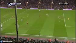 Enlace a GIF: Ojo al surrealista gol de Lallana en el Liverpool 4-1 Swansea