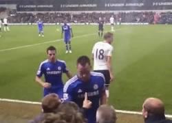 Enlace a GIF: Terry amagó con tirarle un balón a un aficionado en la derrota del Chelsea vs Tottenham