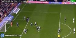 Enlace a GIF: ¡El Valencia logra la remontada con este golazo de cabeza de Otamendi! 2-1