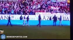 Enlace a GIF: Fernando Torres regala el balón de un aficionado que quería que se lo firmase