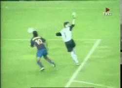 Enlace a GIF: Ronaldinho ya vacilaba al portero antes que Neymar lo hiciera