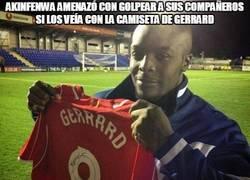 Enlace a Akinfenwa amenazó con golpear a sus compañeros si los veía con la camiseta de Gerrard