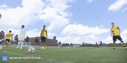 Enlace a GIF: Reus chuta una falta a lo Cristiano. ¿Guiño al Madrid?