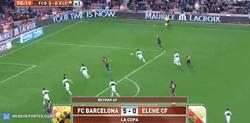 Enlace a GIF: Rakitic, aprendiendo de Alves