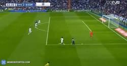 Enlace a GIF: Si se tiene que salir, se sale. Gran intervención de Casillas