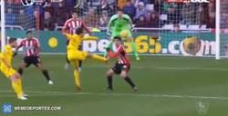 Enlace a GIF: La cruceta evitó que 'Ninja' Markovic marcase uno de los goles del año