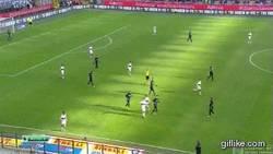 Enlace a GIF: Mancini recibe balonazo muy serio en el Inter vs Genoa