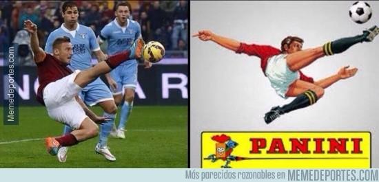 432551 - Totti haciendo homenaje a Panini. Leyenda