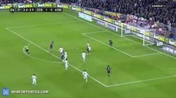 Enlace a GIF: Y tras una completísima primera parte, Suárez marca su gol 2-0