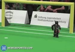 Enlace a GIF: Un robot casi tan bueno como Falcao