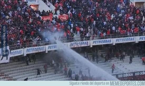 437688 - A manguerazo limpio, así es cómo les bajan los humos a los ultras en Brasil