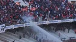 Enlace a A manguerazo limpio, así es cómo les bajan los humos a los ultras en Brasil