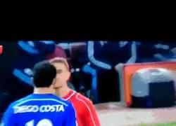 Enlace a GIF: Hay que tenerlos bien puesto para plantar cara así a Diego Costa