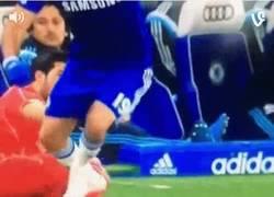 Enlace a GIF: ¡Vaya pisotón de Diego Costa! Ya la está liando en la Capital One