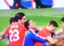 Enlace a GIF: Gerrard no se achica ante Diego Costa