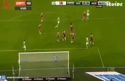 Enlace a GIF: ¡Menudo golazo el 2-0 del Wolfsburgo al Bayern!