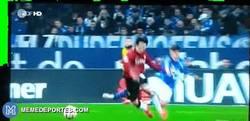 Enlace a GIF: A Huntelaar se le va la olla y es sancionado 6 partidos por esta brutal entrada