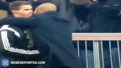 Enlace a GIF: Guardiola abrazando al cuarto árbitro, ¡no seas descarado!
