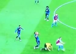 Enlace a GIF: Brutal entrada de Drogba al árbitro