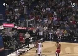 Enlace a GIF: Así fue la escalofriante caida de Anthony Davis ayer en el Pelicans - Bulls