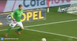 Enlace a GIF: El penalti más tonto de la jornada se lo lleva la Bundesliga