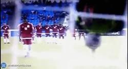 Enlace a GIF: Portero del Congo hace voltereta para despistar al rival en un penalti, ¡y lo falla!