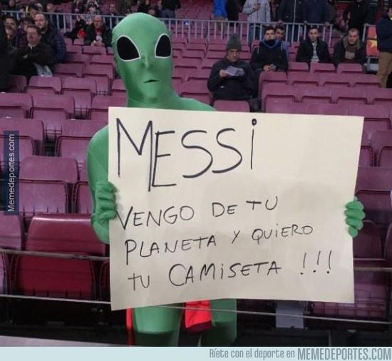 447777 - Fans del planeta de Messi llegan al Camp Nou para pedir una camiseta
