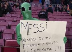 Enlace a Fans del planeta de Messi llegan al Camp Nou para pedir una camiseta