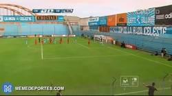 Enlace a GIF: Golazo olímpico con efectazo en el campeonato peruano