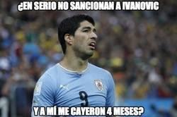 Enlace a El doble rasero de la FIFA con los mordiscos de Suárez e Ivanovic
