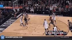 Enlace a GIF: Gran jugada de Curry que termina asistiendo a Harden
