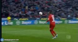 Enlace a GIF: Vaya celebración del Bayern Leverkusen. ¡Balones arriba!