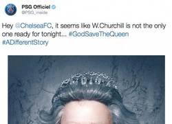 Enlace a El PSG trolleando al Chelsea poniéndole su bufanda a la reina de Inglaterra