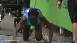 Enlace a GIF: Increíble, esta atleta se desplomó y aguantó los últimos 50 metros de la maratón a gatas