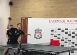 Enlace a GIF: Manquillo mostrando su gran técnica jugando a ping pong en Liverpool