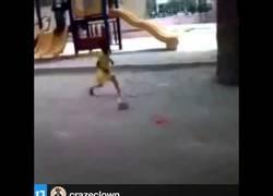 Enlace a VÍDEO: Increíble. Adebayor compartió un vídeo de la niña maravilla que regatea a sus amigos