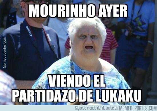 452609 - Mourinho viendo el partidazo de lukaku